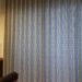 ふわふわしたハネが縫い付けられた質感が特徴的なカーテンとパープルの遮熱のレースカーテンのシンプルモダンな組み合わせのご紹介です。
