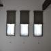 3つ並んだ縦長の窓にロールスクリーンとカフェカーテンの組み合わせのご紹介です。